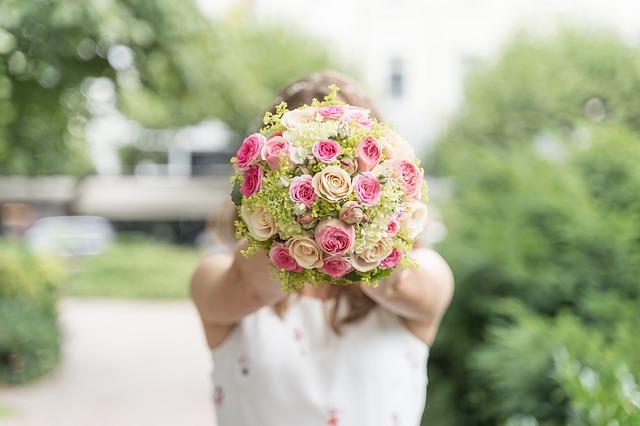 cô dâu và hoa cưới đẹp