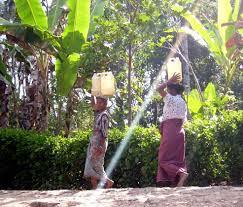 kesulitan mengambil air di daerah kekeringan