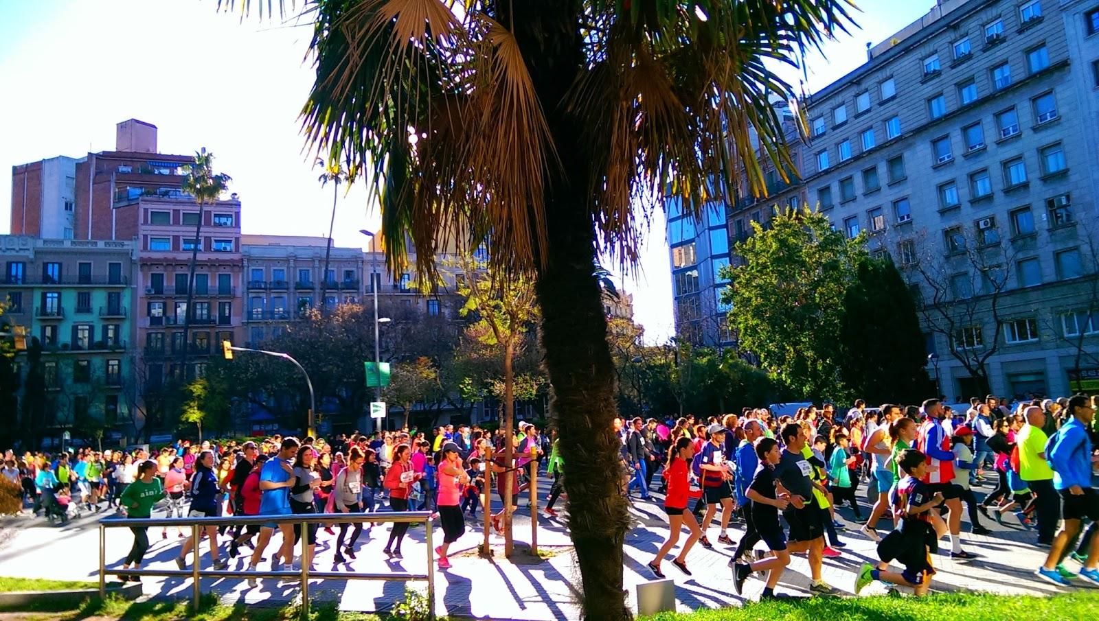 Barcelona, carrera popular en plaza Letamendi, desde la bici
