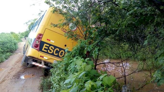 Solonópole-CE: Ônibus escolar tomba na zona rural e por pouco não cai dentro de açude