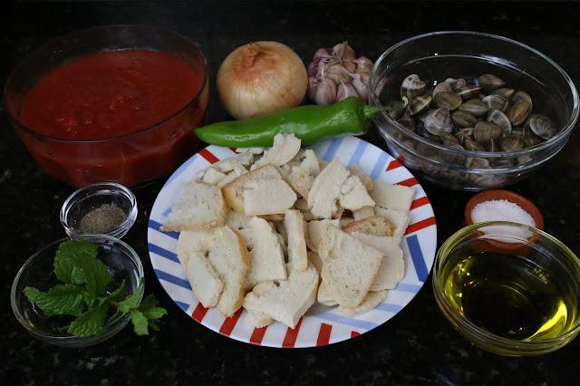 Ingredientes para sopa de tomate con almejas