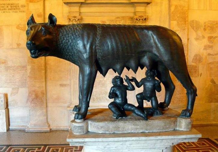 Escultura de la Loba Capitolina amamantando a Rómulo y Remo. Museos Capitalinos, Roma, Italia.