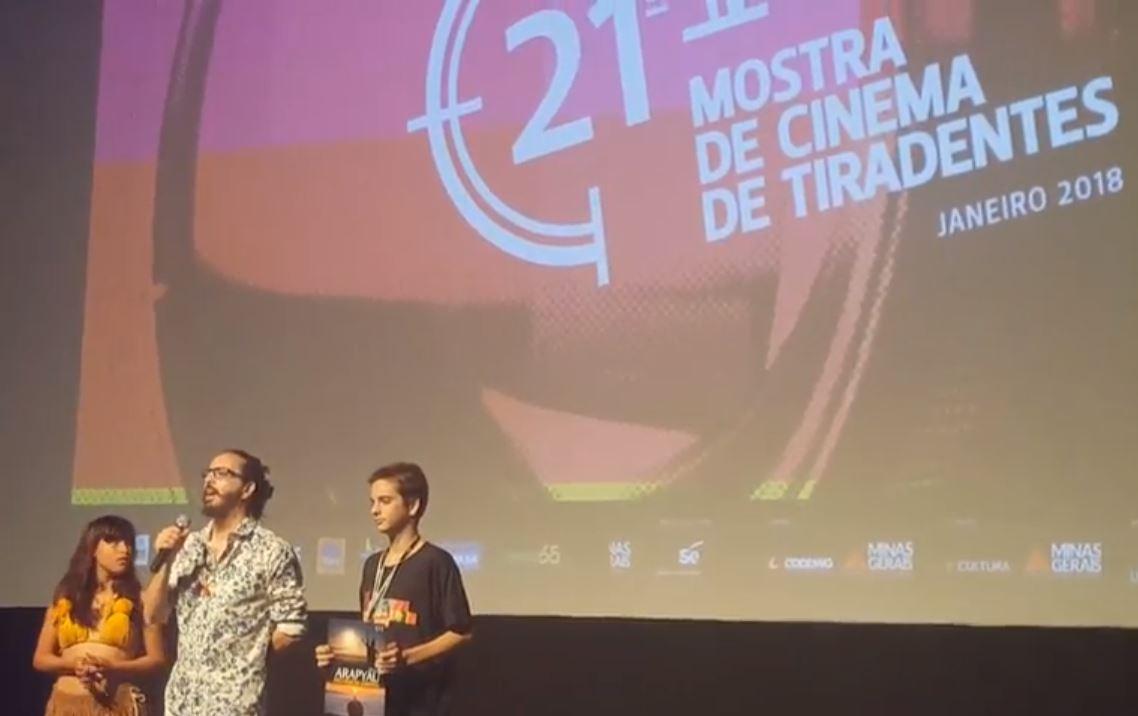 """O diretor Carlos Eduardo Magalhães fala sobre seu filme """"Ara Pyau: a primavera guarani"""" (sobre os índios do Jaraguá) durante a Mostra Aurora, em 2018. Imagem: frame de vídeo do Almanaque Virtual"""