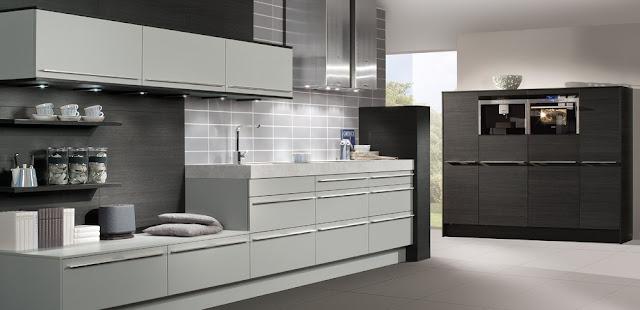 cocina-blanca-y-madera-con-pared-clara