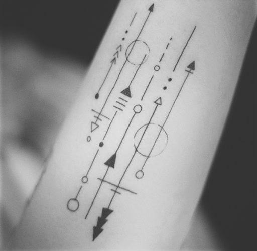 Este preto e cinza tatuagem, retratado em o utente antebraços, incorpora linhas, triângulos e círculos em tatuagem para criar uma diversidade singular de imagem.