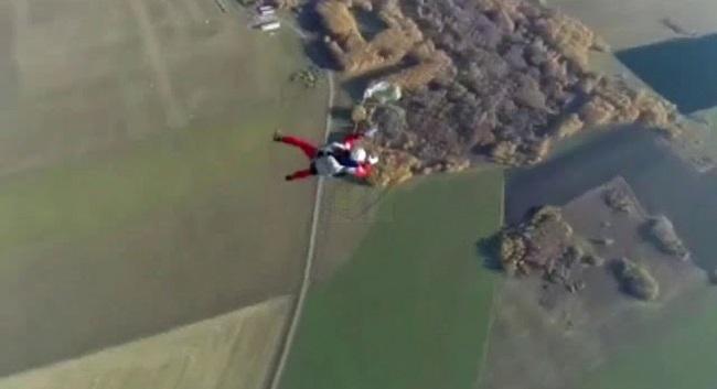 Τραγικός θάνατος για Ρώσο: Δεν άνοιξε κανένα από τα αλεξίπτωτα του σε βουτιά από ύψος 800 μέτρων (Βίντεο)