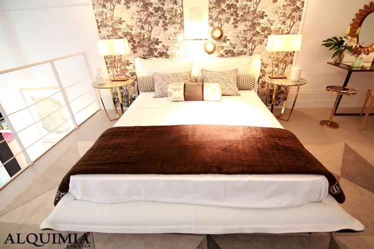 dormitorio-casa-decor-2016-madrid-papel-pintado-pared-flores-dorado-blanco-altillo-cama