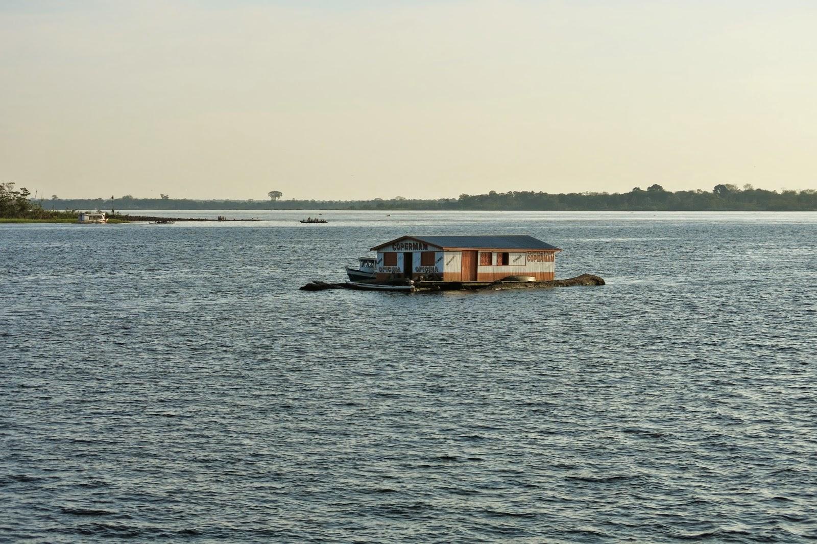 Casas flutuantes ao longo do rio, entre Tefé e Manaus.