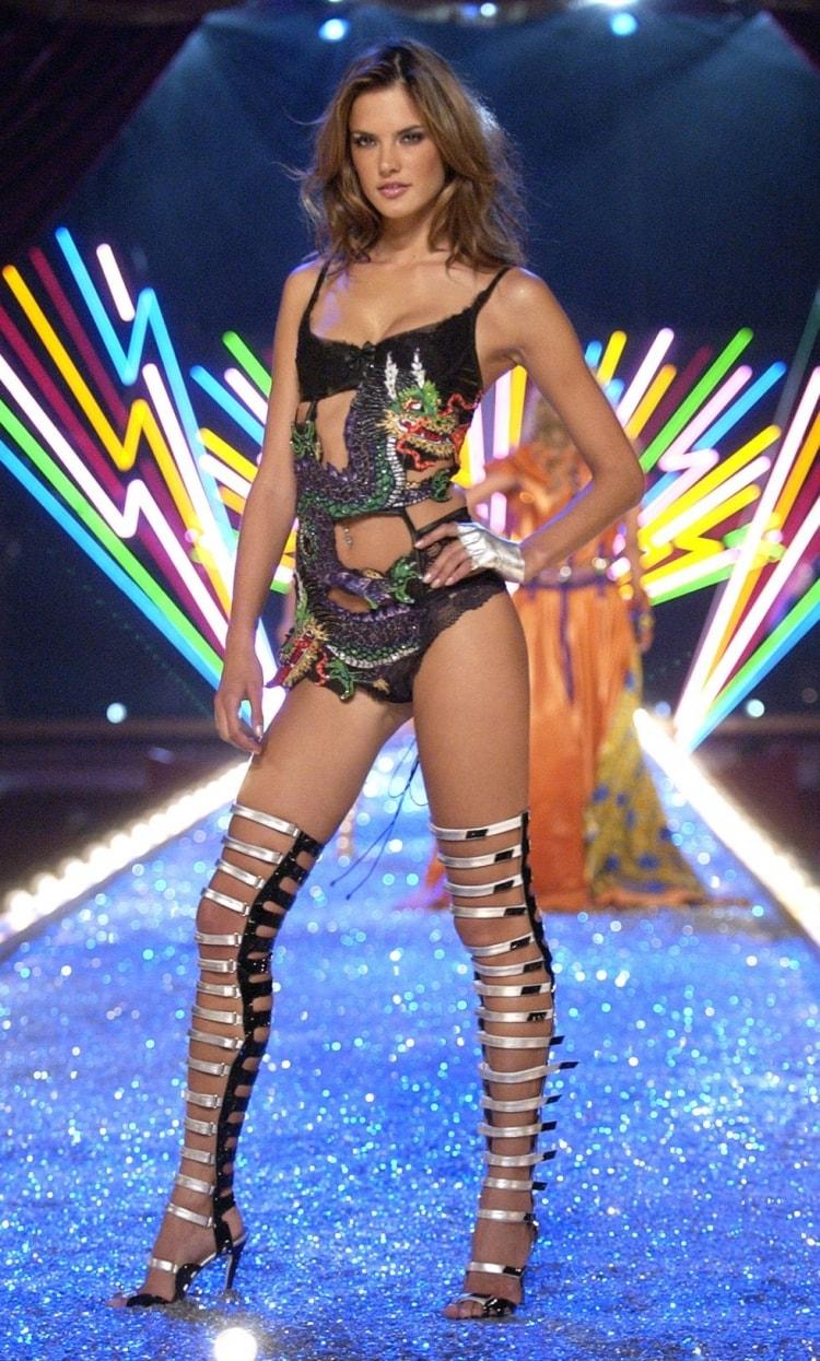 Alessandra Ambrosio: Đôi cánh thiên thần Victoria's Secret 17 năm cuối cùng cũng hạ xuống -5