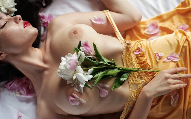 nudo artistico,seno, tette, fiore, sensuale, rossetto rosso, ragazza mora,