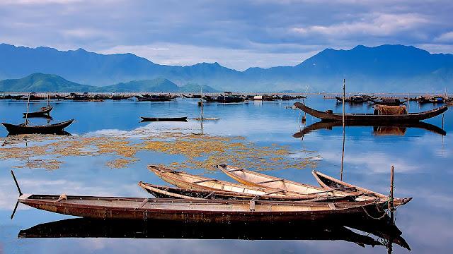 Bên cạnh khám phá cảnh sắc nên thơ, du khách đến với Laguna còn để hòa mình vào những nét đẹp văn hóa nơi đây. Nhịp sống thanh bình của người dân chài Lăng Cô mở ra trước mắt khi bắt gặp những con tàu đánh cá truyền thống, các phiên chợ tờ mờ sáng và các loại hình nghệ thuật tại đây.