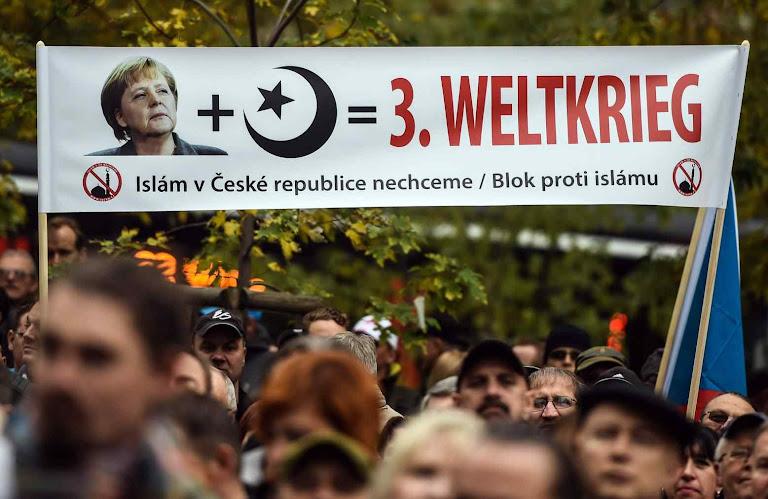 Para muitos europeus a entrada massiva de refugiados islâmicos é o início da III Guerra mundial Foto na República Checa.
