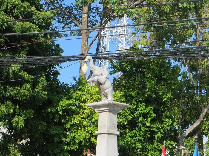 Уличный светильник в форме слона