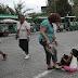 Καταδικάστηκε η γυναίκα που κλώτσησε κοριτσάκι ρομά που ζητιάνευε στην Ακρόπολη