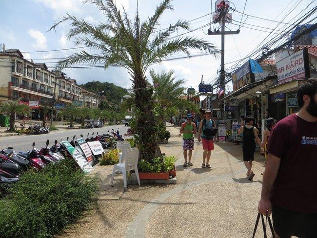 Туристы идут вдоль дороги аонанг