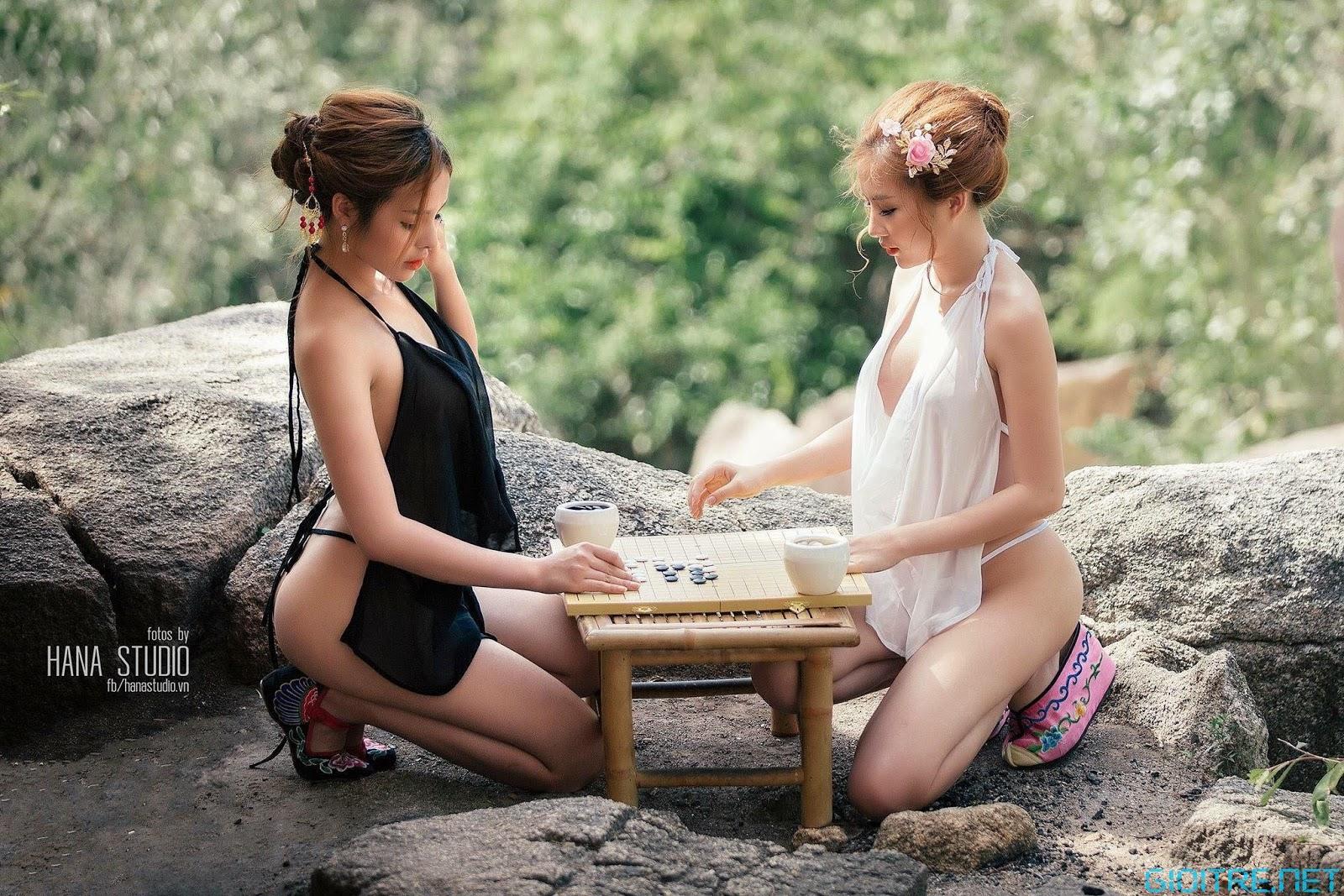 Ngất ngây con gà tây với bộ ảnh nóng hừng hực của 2 thiếu nữ trên núi