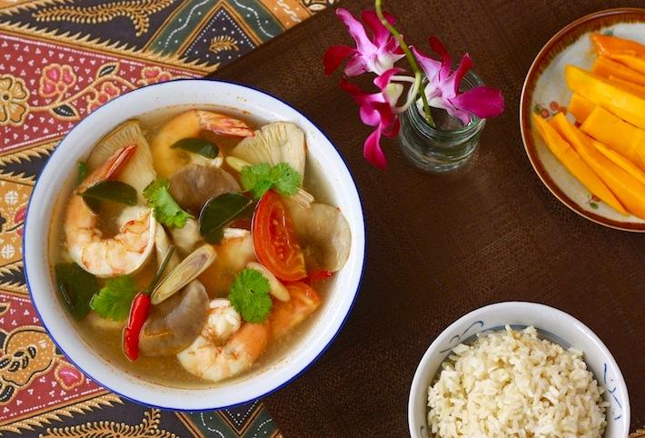 Thai tom yam koong shrimp soup recipe by SeasonWithSpice.com