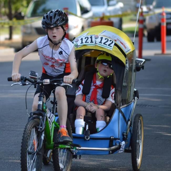 22 Stirring Pictures That Made Even The Toughest Of Us Cry - This boy completed a mini-triathlon together with his disabled brother.