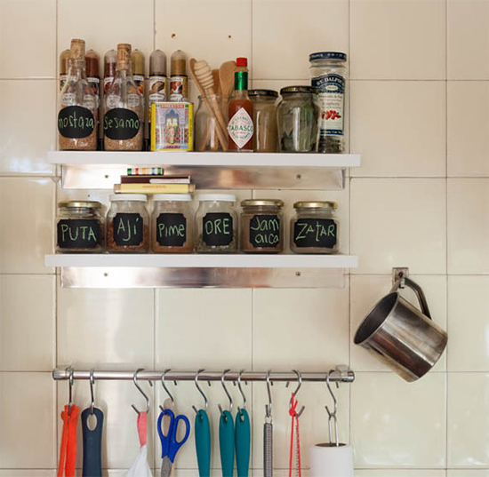 prateleira na cozinha, porta temperos, acasaehsua, a casa eh sua, apartamento, decoração, home decor, home, interior, interior design