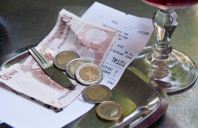 Pagando em dinheiro em Barcelona