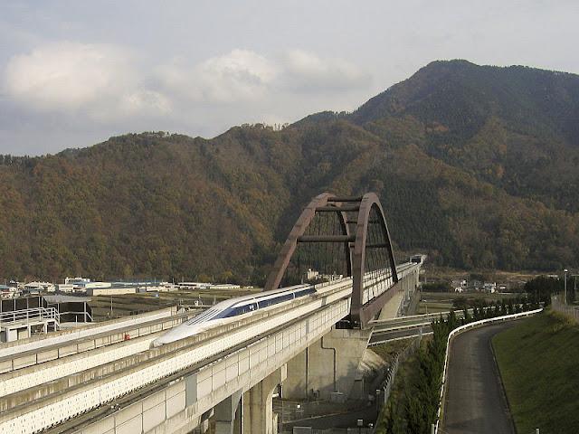 Gambar Kereta Maglev di Jepang melewati pegunungan