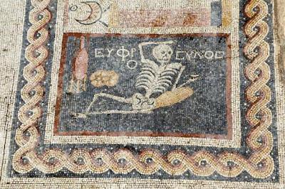 Μωσαϊκό με «χαρούμενο σκελετό» 2.400 ετών βρέθηκε στην Τουρκία