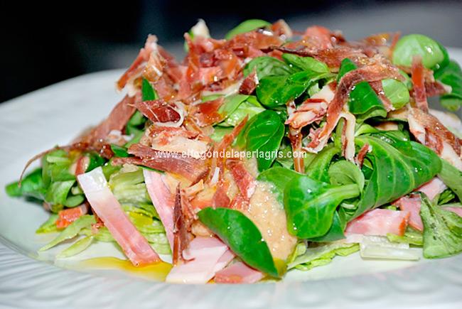 Ensalada de rúcula, bacon y jamón con vinagreta de nueces y ciruelas pasas