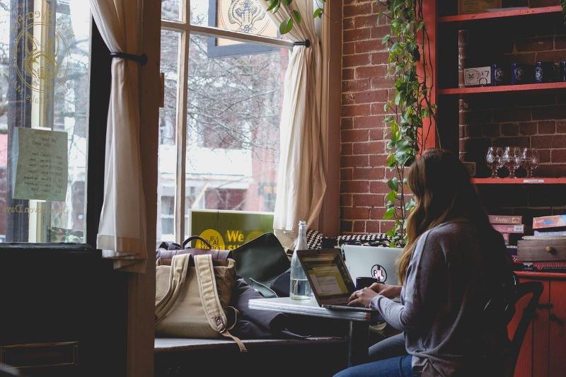 Pessoa a trabalhar num computador