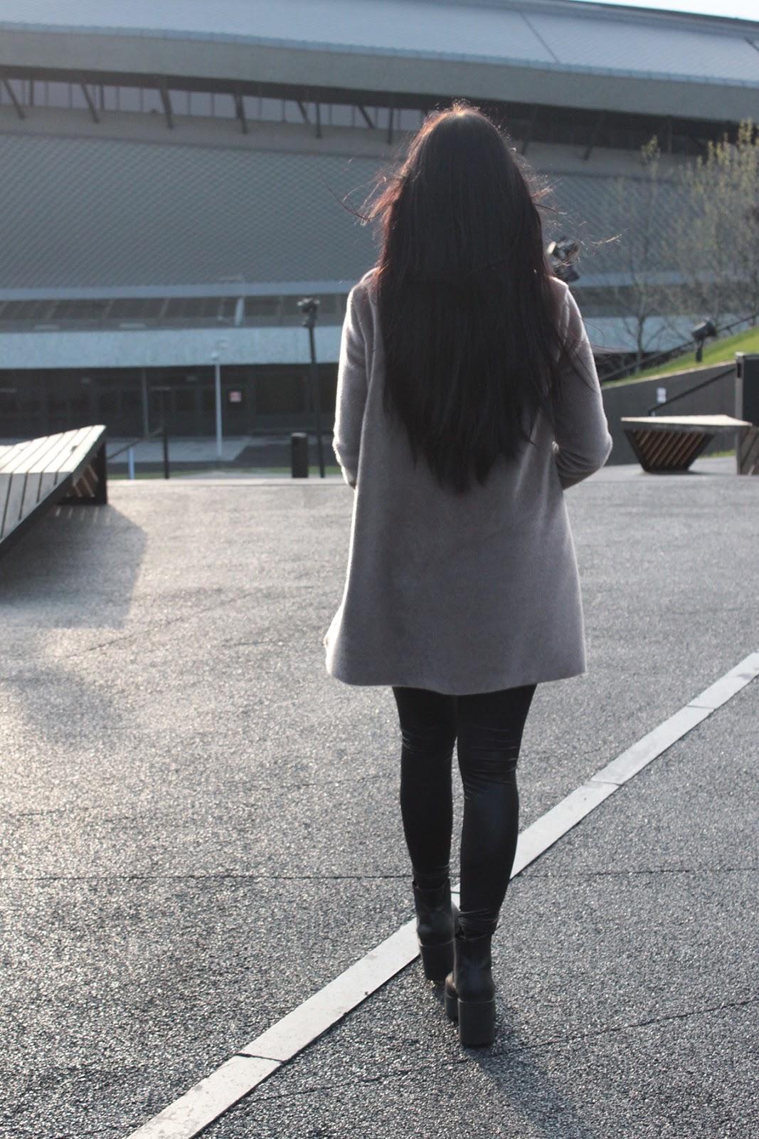 czarne włosy l beżowy płaszcz l look l moda l stylizacja