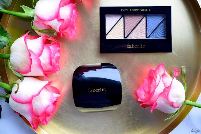 Nawilżający puder do twarzy Triumf i paleta cieni do powiek Zachwycająca stylizacja Faberlic