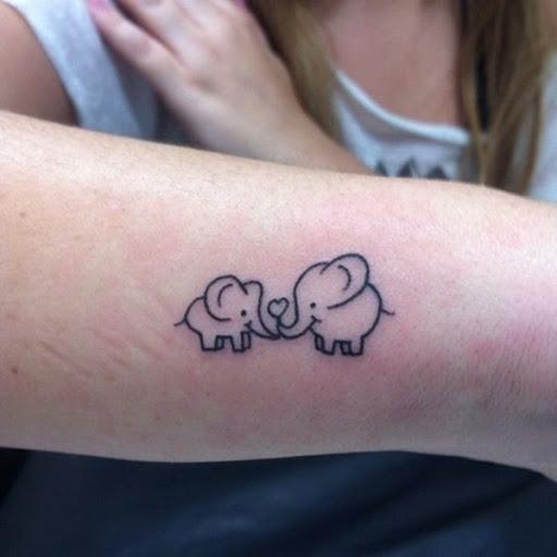 Um estilo cartoon mãe elefante mãos um coração para o seu filho neste tatuagem.
