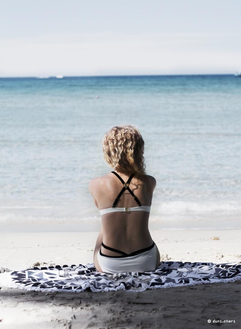 Strand Thailand Frau Bikini schwarz weiß