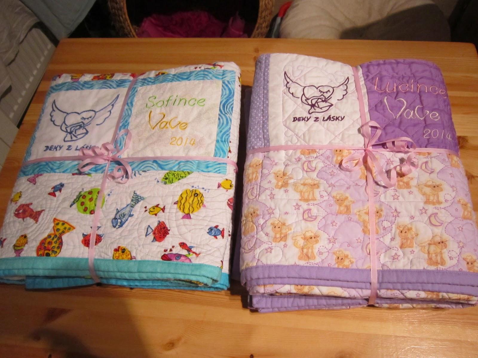 obě deky připravené k zabalení do obrázkového papíru