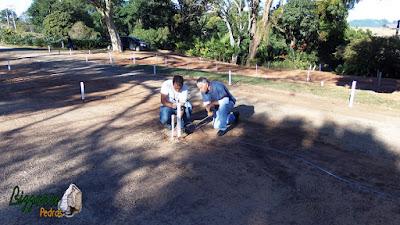 Bizzarri, da Bizzarri Pedras na parte da manhã, fazendo a marcação da rua onde vamos fazer as guias de pedra com o piso com pedrisco do rio na sede da fazenda em Atibaia-SP.
