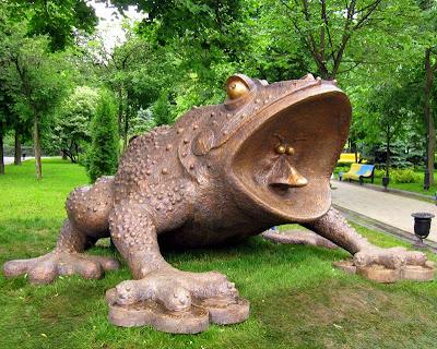 Памятники лягушкам где и за что памятники на могилу в ростове на дону с установкой