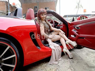 Seksinya Roro Fitria Bersama Mobil Porsche Merah Miliknya