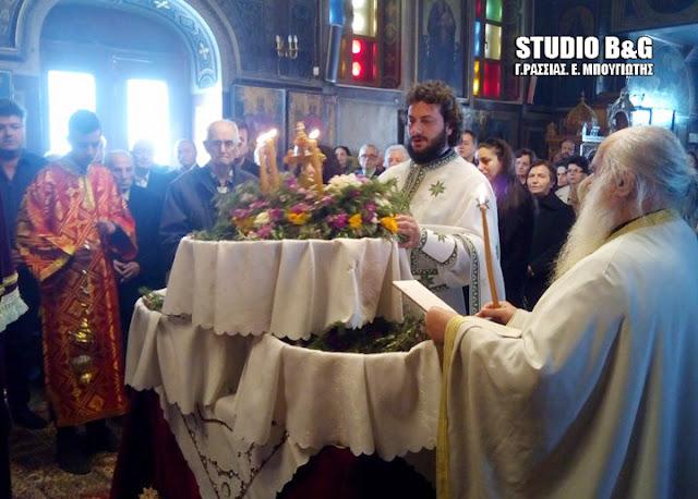 Κυριακή της Σταυροπροσκυνήσεως στο Ναύπλιο - Τι γιορτάζουμε και γιατι παίρνουμε λουλούδια από τον ναό;