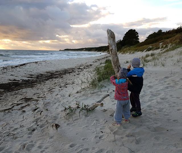 Bornholm mit Kindern im Herbst. Teil 2: Ankommen auf der Sonneninsel des Nordens. Sonneruntergang mit Familie.