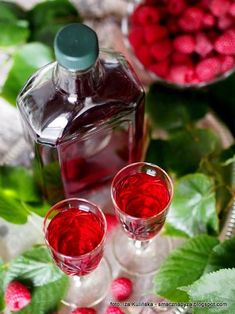 nalewka malinowo lipowa, malinowka z lipa, kwiaty lipy, kwiaty jadalne, maliny, leki z domowej apteki, na przeziebienie, przetwory