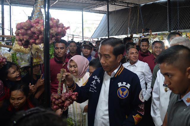 Gubernur  Dampingi  Presiden Jokowi Tinjau Pasar Balige