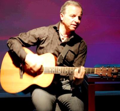 Foto de Alberto Plaza sentado en concierto