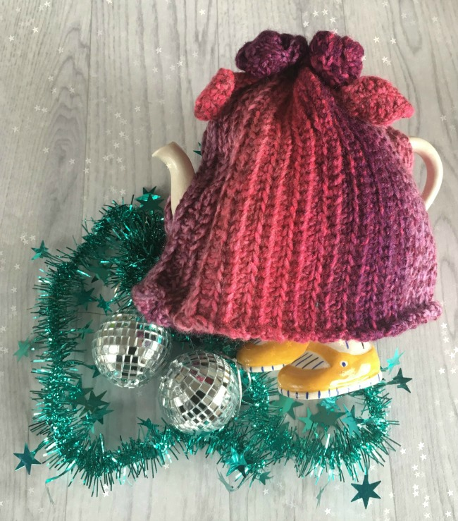 Christmas-gift-guide-2018-handmade-crochet-tea-cosy-Jasmin's-Handarbeiten-art-and-craft-with-stars