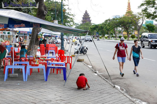 Vendors' tables and chairs line the sidewalk on Phnom Penh's Preah Sihanouk Boulevard yesterday. Pha Lina