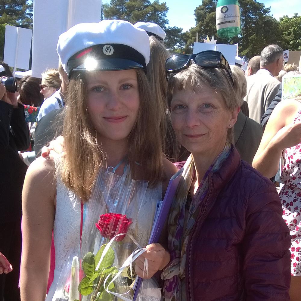 Glad studentska med stolt och lycklig mor
