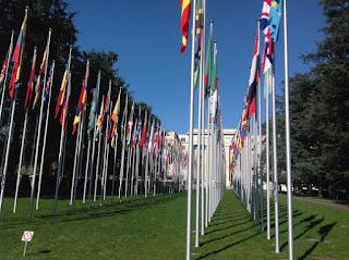 L'allée des drapeaux devant l'ONU à Genève