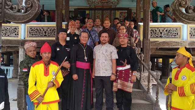 Uskup dan 50 Pastur Kunjungi Gedung Dalom Kepaksian Pernong