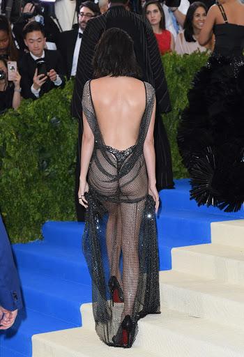 Kendall Jenner nyaris bugil memakai gaun transparan di Met Gala 2017