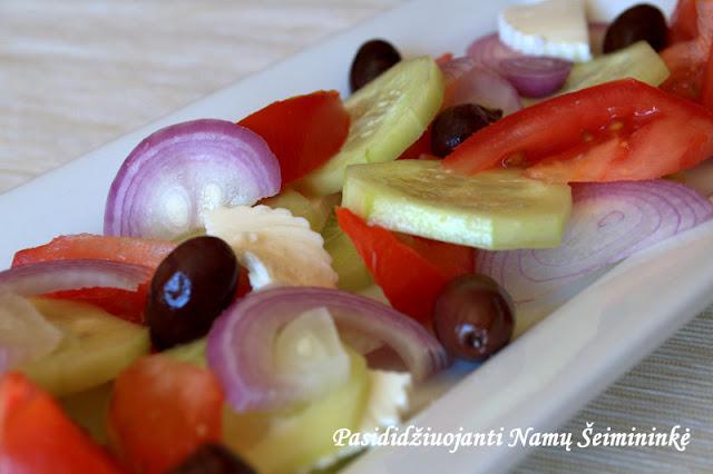 RECEPTAS: Daržovių salotos su šviežiu sūriu