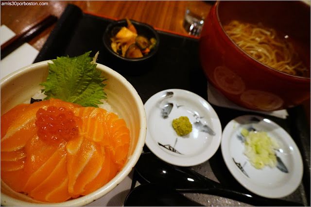 Salmon Ikura Don Mini Bowl and Noodle Set del Restaurante Japonés Ootoya en Chelsea, Nueva York