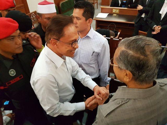 Jabat Tangan Anwar Ibrahim, Tun Mahathir Terdesak, kata Salleh Keruak